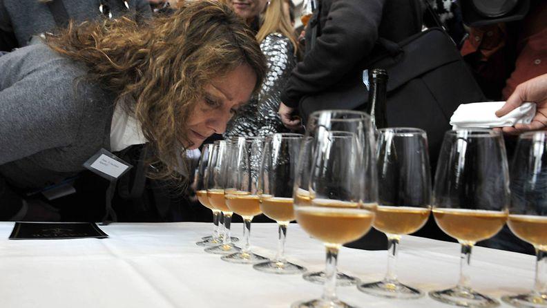 Ahvenanmaan vesiltä löytynyttä, arviolta 200-vuotta vanhaa samppanjaa maisteltiin ja esiteltiin Maarianhaminassa 17. marraskuuta 2010.
