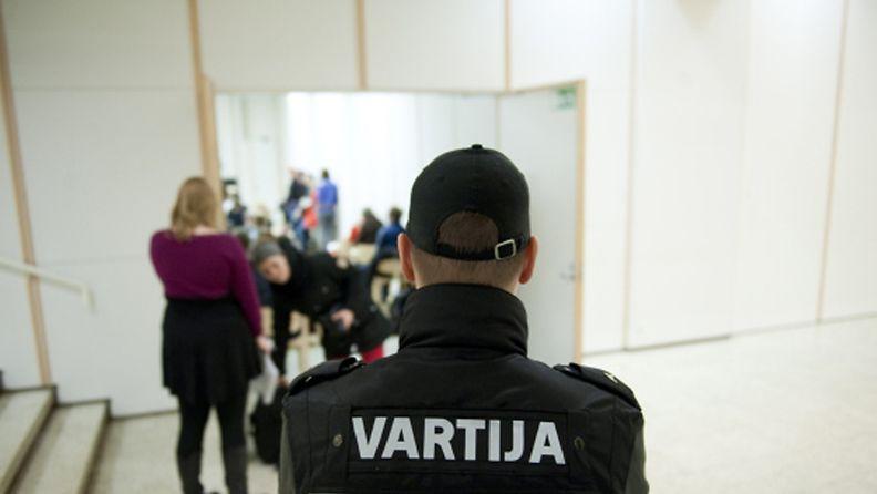 Vartija vartioi luentosalin edustalla Jyväskylän kaupunginkirjastossa 31. tammikuuta 2013. Yhtä ihmistä puukotettiin Äärioikeisto Suomessa -kirjaan liittyvässä esittely- ja keskustelutilaisuudessa. Puukotetun vammojen vakavuudesta ei ole tietoa. Tekoa tutkitaan törkeänä pahoinpitelynä.