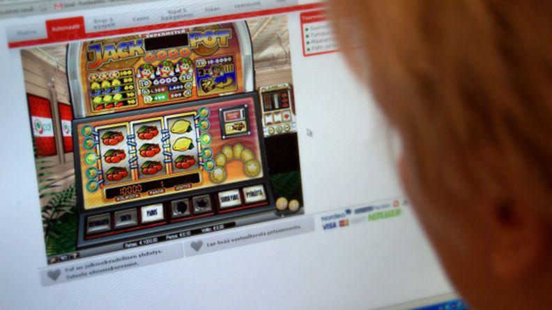 Peliriippuvainen pelaa jackpot-raha-automaattipeliä netissä.