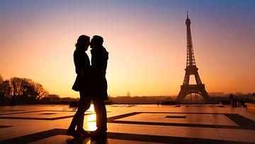 Rakastunut pariskunta Pariisissa