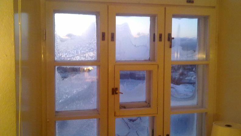 Ikkuna      jäässä