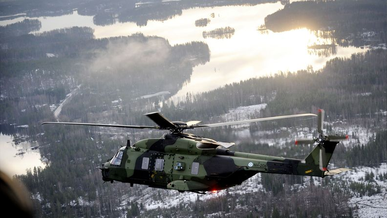 Puolustusvoimien uusi NH90-helikopteri runkomerkinnältään NH-206 saapuu Valkealan Uttiin 5. joulukuuta 2008.