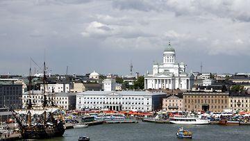 Kauppatorin seutua purjelaivoineen ja ihmisineen 13. kesäkuuta 2008 Helsingissä.
