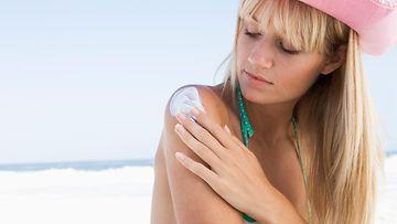 aurinkorasva, tyttö rannalla