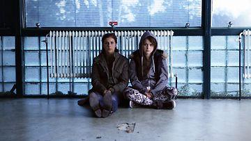 Armi Toivanen (vas.) ja Mimosa Willamo elokuvassa Päin seinää.