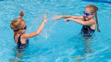 lapset uima-altaassa