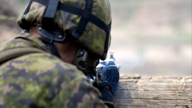 Maavoimien varusmieskoulu Parolannummen panssariprikaatissa 30. elokuuta 2011. Ampumaleiriläisiä kovapanosammunnassa.