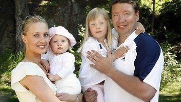 Jari Kurrin perhe, Vanessa Kurri sylissään 11kk -ikäinen Alissa ja Jari Kurri Odessan 4 v kanssa osallistuivat Bermudan Kannu -tenniskisaan Helsingin Kalastajatorpalla 1.heinäkuuta 2006.