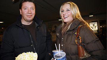 Vanessa ja Jari Kurri saapumassa Matti Nykäsestä kertovan elokuvan Matti kutsuvierasnäytäntöön vuonna 2006.