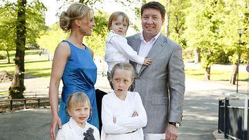 Vaimo Vanessa, lapset Alissa, Odessa ja Paulus sekä Jari Kurri poseeraavat Jari Kurrin 50-vuotisjuhlissa Kaivohuoneella Helsingissä 30. toukokuuta 2010. (1)