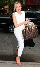 Diane Krugerilla nähtiin valkoinen jumpsuit, johon hän toi väriä oransseilla kengillä.