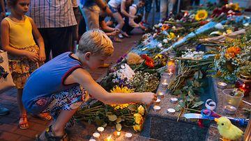 Kukkia Malesian koneen uhreille