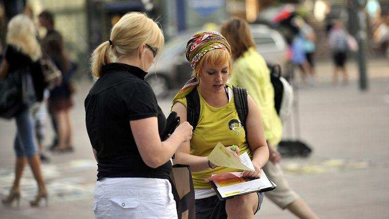 Amnestyn feissari jututtaa mahdollista lahjoittajaa Helsingin keskustassa aurinkoisena kesäpäivänä 30. kesäkuuta 2010.