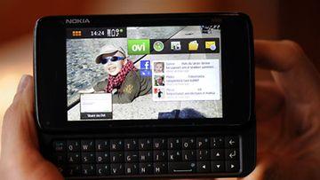 Facebookkailua Nokian mobiilitietokoneella. (Kuva: Martti Kainulainen / Lehtikuva.)