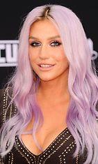 Kesha kokeili myös hempeää pinkkiä hiusväriä.