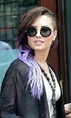 Demi Lovaton uusin hiustyyli: lilalla liukuvärjätyt hiukset.