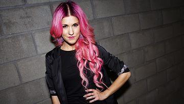 Suomalaislaulaja Jannika B on viihtynyt pitkän aikaa pinkissä: vaaleanpunainen hiusväri on yksi suosituimmista trendisväreistä.