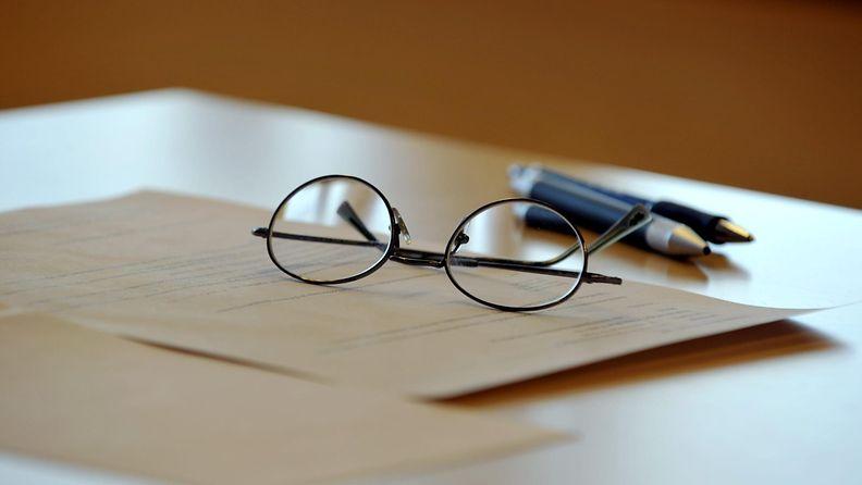 vanhuus, vanha, eläke, silmälasit, ikä, paperi, hakemus