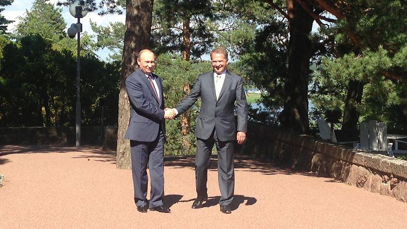 Presidentti Vladimir Putin ja presidentti Sauli Niinistö kättelevät Kultarannassa 25. kesäkuuta 2013.