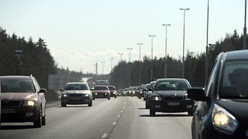 Pääsiäisen menoliikennettä Lahden moottoritiellä Vantaalla 5. huhtikuuta 2012.