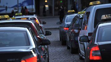 Vapaita takseja Rautatieaseman tolpalla Helsingissä torstaina 5. tammikuuta 2012.