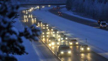 Joulun menoliikennettä 3-tiellä Riihimäellä 23. joulukuuta 2010. (Lehtikuva)