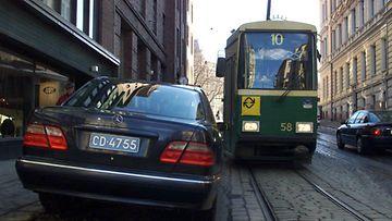 Venäjän suurlähetystön Mersu tukki raitiolinja 10:n raitiovaunun reitin Helsingin Yrjönkadulla. Kuva vuodelta 2001.