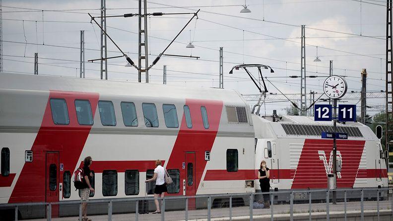 Kaukojuna Helsingin päärautatieasemalla perjantaina 29. heinäkuuta 2011.