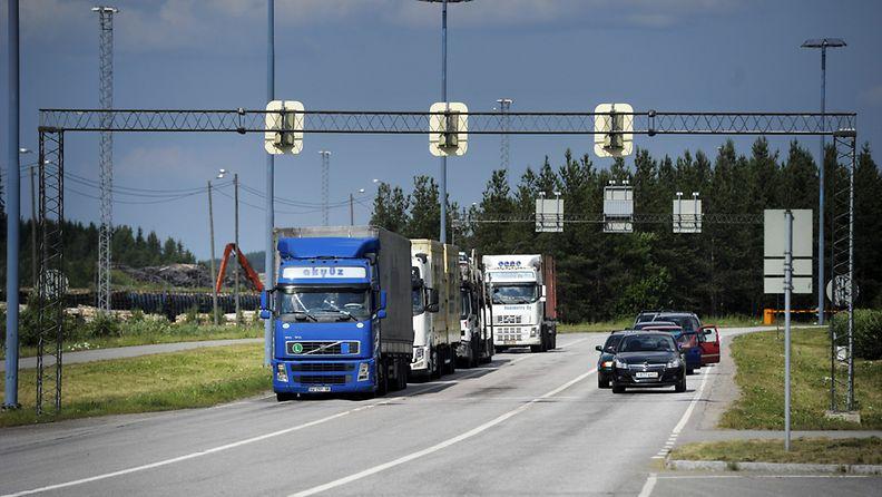 Imatran ja Svetogorskin rajanylityspaikka, jossa autot menossa Venäjän suuntaan 8. heinäkuuta 2011.