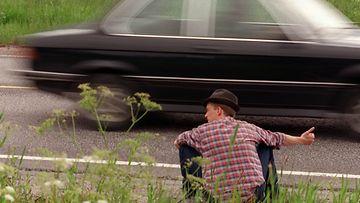Mies liftaamassa tien pientareella. Kuva: Lehtikuva
