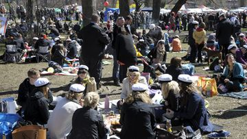 Ihmisiä vappupiknikillä Helsingin Kaivopuistossa 1. toukokuuta 2012.