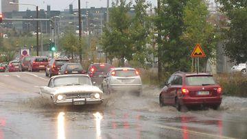 Syyskuu oli mittaushistorian sateisin Helsingissä. Vesi tulvi tielle Pasilassa 28. syyskuuta 2012.