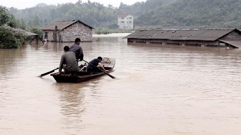 Rankkojen sateiden aiheuttamat tulvat valtasivat kylän keskisessä Kiinassa 13.5.2012.