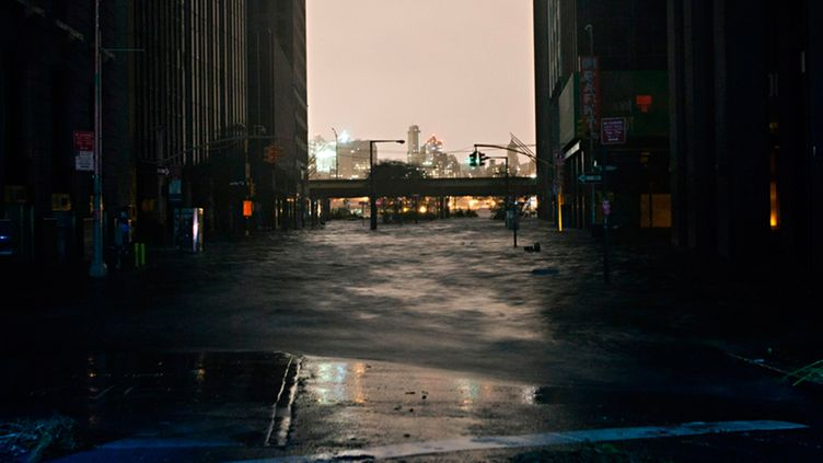 Sandy hurrikaani (	NEW YORK, NY - OCTOBER 29: A flooded street, caused by Hurricane Sandy, is seen on October 29, 2012, in the Financial District of New York, United States. Hurricane Sandy, which threatens 50 million people in the eastern third of the U.S., is expected to bring days of rain, high winds and possibly heavy snow. New York Governor Andrew Cuomo announced the closure of all New York City will bus, subway and commuter rail service as of Sunday evening. (Photo by Andrew Burton/Getty Images) )