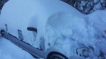 Lumi peitti auton Alavetelissä aamulla 26. lokakuuta 2012.