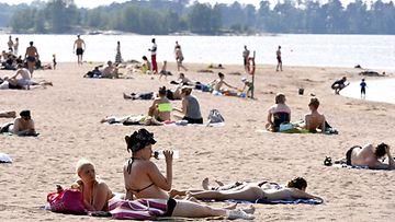 Auringonpalvojia nauttimassa kesäsäästä Hietaniemen uimarannalla Helsingissä 1. kesäkuuta 2013.