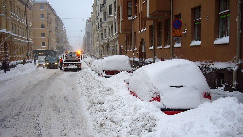 Lumipyry sekoitti liikennettä Helsingissä 23. marraskuuta 2008.