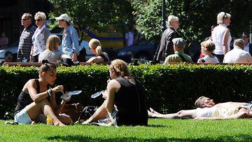Helle houkutteli väkeä Esplanadin puistoon Helsingissä 8. kesäkuuta 2011.