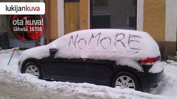 Jääkärinkadulla autoilija oli jo kyllästynyt lumentuloon.