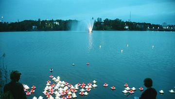 Sunnuntaina tuli kuluneeksi 55 vuotta siitä, kun Hiroshimaan ja Nagasakiin pudotettiin atomipommit. Helsingin muistojuhlassa laskettiin kynttilälyhtyjä Töölönlahdelle.