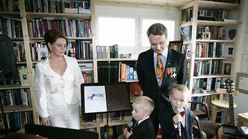 Timo T. A . Mikkosen 60 v syntymäpäivät. Timo T.A. Mikkonen ja vaimo Nina sekä lapset vas Matias ja Mikael 15. kesäkuuta 2007. Lehtikuva