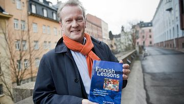 Pasi Sahlberg julkisti kirjansa Finnish Lessons: What Can the World Learn from Educational Change in Finland? 1. joulukuuta 2011 Helsingissä.
