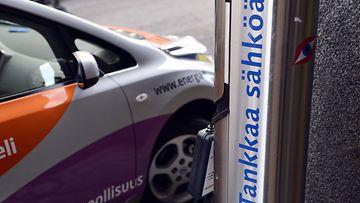 """Sähköauto """"tankkauksessa"""" eli latauksessa Helsingissä 14. syyskuuta 2012."""
