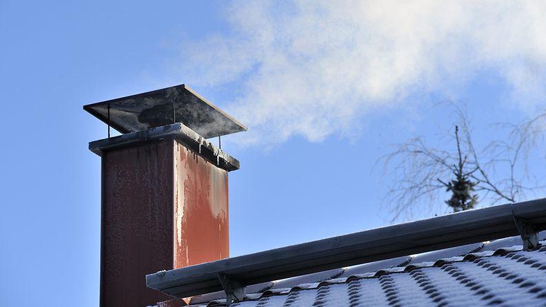 Savu tupruaa omakotitalon savupiipusta Hyvinkäällä pakkaspäivänä 27. lokakuuta 2012.