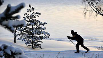 Hiihtäjä hiihtää ladulla. Kuva: Lehtikuva