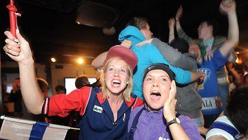 Suomalaiset juhlivat jääkiekon MM-kultaa Sports Academy barissa Helsingin keskustassa 15.5.2011.
