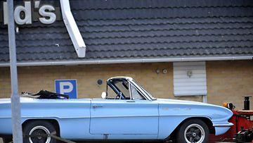 Poliisi siirsi ampumavälikohtauksessa mukana ollutta veren tuhrimaa autoa Porvoon McDonald'sin pihalla varhain tiistaiaamuna 6. heinäkuuta 2010.