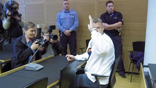 Lauri Johansson tervehti oikeudessa 23.4.2009 tukijoukkojaan