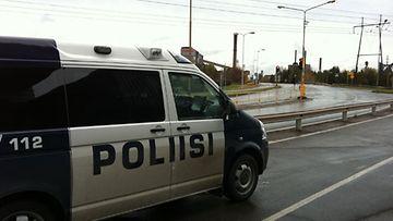 Poliisi etsii Sonkajärven ampujaa parhaillaan Raahen Rautaruukin alueelta. Kuva: Ari Kettunen