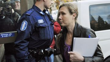 3.11.2010 Satakunnan käräjäoikeudessa Porissa syytetty Anneli Auer saapumassa oikeuden istuntoon.